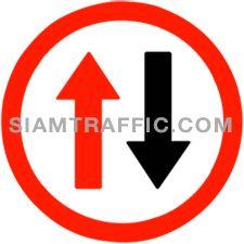 ป้ายบังคับ ให้รถสวนทางมาก่อน ให้ผู้ขับรถทุกชนิดหยุดรถตรงป้าย เพื่อให้รถที่กำลังแล่นสวนทางมาก่อน ถ้ามีรถข้างหน้ารออยู่ก่อนก็ให้หยุดรถรอถัดต่อกันมาตามลำดับ เมื่อรถที่สวนทางมาได้ผ่านไปหมดแล้ว จึงให้รถที่หยุดรอตามป้ายนี้เคลื่อนไปได้