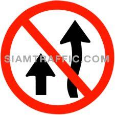 ป้ายบังคับ ห้ามแซง ห้ามมิให้ขับรถแซงขึ้นหน้ารถคันอื่นในเขตทางที่ติดป้าย