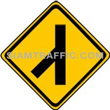 ป้ายจราจร ทางโทเชื่อมทางเอกจากซ้าย ทางข้างหน้ามีทางโทเข้ามาเชื่อมด้านซ้าย ให้ขับรถด้วยความระมัดระวัง