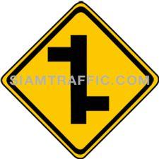 เครื่องหมายเตือน ทางโทแยกทางเอกเยื้องกันเริ่มขวา ทางข้างหน้ามีทางโทแยกไปทางขวา และหลังจากนั้นมีทางโทแยกไปทางซ้าย ให้ขับรถด้วยความระมัดระวัง
