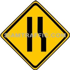 เครื่องหมายเตือน ทางแคบด้านขวา ทางข้างหน้าด้านขวาแคบลงกว่าทางที่กำลังผ่าน ผู้ขับรถต้องขับรถให้ช้าลง และเพิ่มความระมัดระวังยิ่งขึ้น