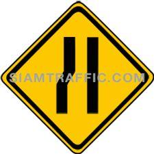 เครื่องหมายเตือน ทางแคบด้านซ้าย ทางข้างหน้าด้านซ้ายแคบลงกว่าทางที่กำลังผ่าน ผู้ขับรถต้องขับรถให้ช้าลง และเพิ่มความระมัดระวังยิ่งขึ้น