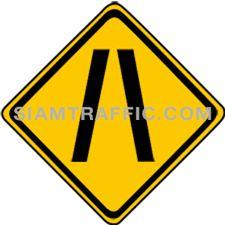 ป้ายจราจรประเภทเตือน ทางแคบลงทั้งสองด้าน ทางข้างหน้าแคบลงกว่าทางที่กำลังผ่านทั้งสองด้าน ผู้ขับรถจะต้องขับรถให้ช้าลง และเพิ่มความระมัดระวังยิ่งขึ้น ขณะที่รถผ่านทางแคบ ผู้ขับรถจะต้องระมัดระวังมิให้รถชน หรือเสียดสีกัน