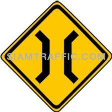 ป้ายจราจรประเภทเตือน สะพานแคบ ทางข้างหน้ามีสะพานแคบ รถเดินหลีกกันไม่ได้ ให้ขับรถให้ช้าลง และระมัดระวังอันตรายจากรถที่จะสวนมาจากอีกฝ่ายหนึ่งของสะพาน ถ้ามีป้ายอื่นติดตั้งอยูก็ให้ปฏิบัติตามป้ายนั้นๆ ด้วย