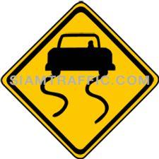 ป้ายจราจรประเภทเตือน ทางลื่น ข้างหน้าทางลื่นเมื่อผิวทางเปียกอาจเกิดอุบัติเหตุได้ง่าย ให้ขับรถให้ช้าลงให้มาก และระมัดระวังการลื่นไถล อย่าใช้ห้ามล้อโดยแรงและทันที การหยุดรถ การเบารถ หรือเลี้ยวรถในทางลื่นต้องกระทำด้วยความระมัดระวังเป็นพิเศษ