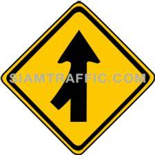ป้ายจราจรประเภทป้ายเตือน ทางร่วมซ้าย ทางข้างหน้าจะมีรถเข้ามาร่วมในทิศทางเดียวกันจากทางซ้าย ผู้ขับรถจะต้องขับรถให้ช้าลง และเดินรถด้วยความระมัดระวัง