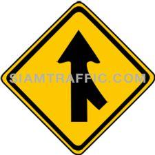 ป้ายจราจรประเภทป้ายเตือน ทางร่วมขวา ทางข้างหน้าจะมีรถเข้ามาร่วมในทิศทางเดียวกันจากทางขวา ผู้ขับรถจะต้องขับรถให้ช้าลง และเดินรถด้วยความระมัดระวัง