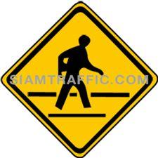 ป้ายจราจรประเภทป้ายเตือน ระวังคนข้ามถนน ทางข้างหน้ามีทางสำหรับคนข้ามถนน หรือมีหมู่บ้านราษฏรอยู่ข้างทางซึ่งมีคนเดินข้ามไปมาอยู่เสมอ ให้ขับรถให้ช้าลงพอสมควร และระมัดระวังคนข้ามถนน ถ้ามีคนกำลังเดินข้ามถนนให้หยุดรถให้คนเดินข้ามถนนไปได้โดยปลอดภัย