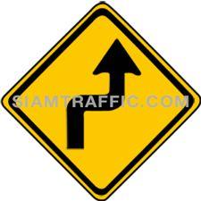 ป้ายเตือนจราจร ทางโค้งรัศมีแคบเริ่มขวา ทางข้างหน้าโค้งรัศมีแคบไปทางขวาแล้วกลับ ให้ขับรถให้ช้าลงพอสมควร และเดินรถชิดด้านซ้ายด้วยความระมัดระวัง
