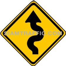 ป้ายเตือนจราจร ทางคดเริ่มเลี้ยวซ้าย ทางข้างหน้าเป็นทางคดเคี้ยวโดยเริ่มไปทางซ้าย ให้ขับรถให้ช้าลงพอสมควร และเดินรถชิดด้านซ้ายด้วยความระมัดระวัง