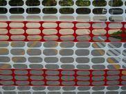 รั้วตาข่ายพลาสติกใช้สำหรับขึงกั้นบริเวณเขตก่อสร้าง สีแดงสลับสีขาว