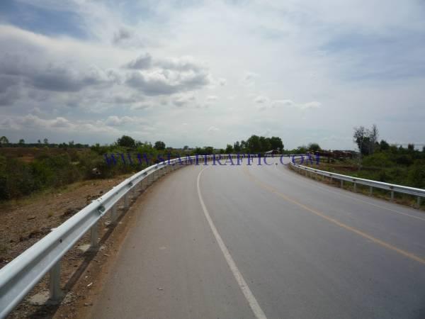 งานติดตั้งการ์ดเรลประเทศกัมพูชาจากปอยเปตไปเสียมเรียบปริมาณงาน 10,000 เมตร
