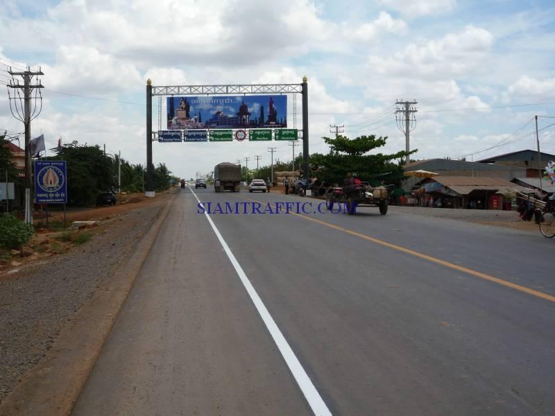 สีตีเส้นถนน การตีเส้นจราจรในประเทศกัมพูชาจากปอยเปตถึงเสียมเรียบปริมาณงาน 30,000 ตารางเมตร