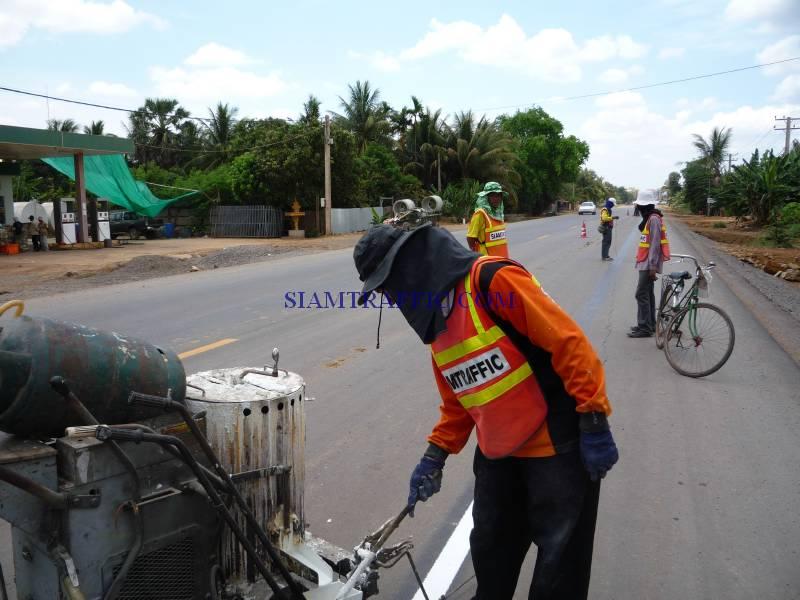สีตีเส้นจราจร การตีเส้นจราจรในประเทศกัมพูชาจากปอยเปตถึงเสียมเรียบปริมาณงาน 30,000 ตารางเมตร