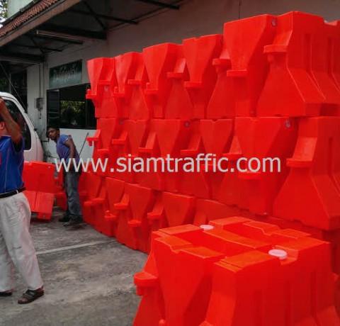 แบริเออร์พลาสติกสีส้ม ยาว 1 เมตร จำนวน 80 ใบ และกรวย 120 ใบ