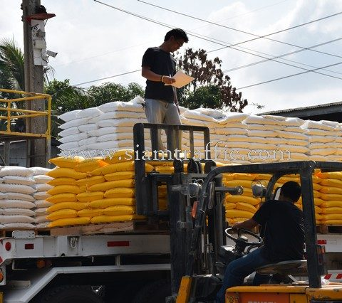 สีตีเส้น สีขาว 1,000 ถุง สีเหลือง 450 ถุง ส่งไปจังหวัดเลย