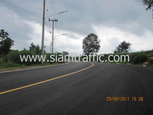 หมุดสะท้อนแสง ตีเส้นถนน และติดตั้งการ์ดเรลที่ Mountain Creek