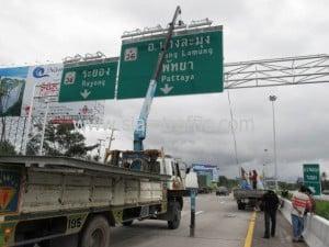 ป้ายจราจรแบบแขวนสูง สำนักงานบำรุงทางชลบุรีที่ 2 กรมทางหลวง