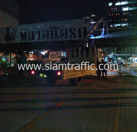 ตีเส้นถนนที่ตลาดนัดรถไฟถนนศรีนครินทร์