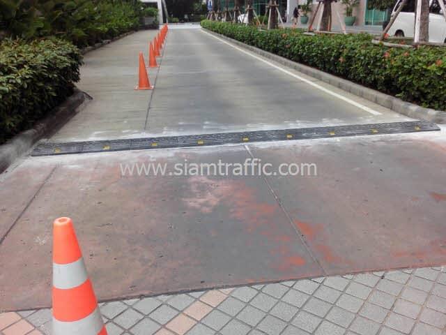 ยางชลอความเร็วรถยนต์สีดำติดตั้งที่โรงแรมชาเทรียม ถนนเจริญกรุง