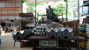 Guard rails ขึ้นรถบรรทุกเพื่อส่งลูกค้า 2 เจ้าที่บริษัทขนส่ง