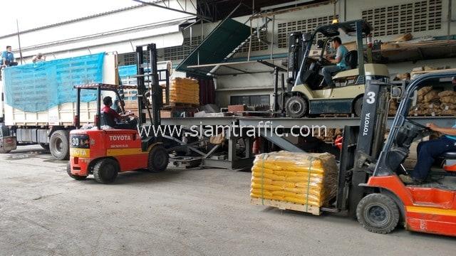 สีตีเส้นถนน มอก.542-2549 จำนวน 1,500 ถุง ส่งออกประเทศพม่า