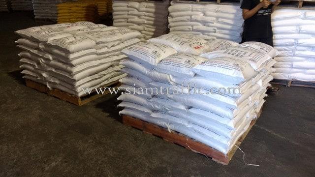 สีทาพื้นถนนสีขาว 350 ถุง สีเหลือง 150 ถุง ส่งออกไปที่พนมเปญ ประเทศกัมพูชา