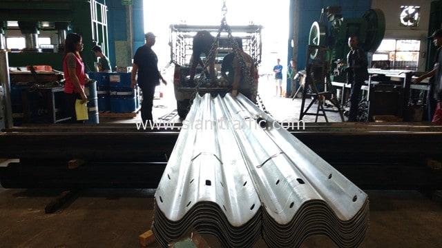 [:th]ราวกั้นทางโค้ง 25 แผ่น ส่งไปที่ อ.ดอนเจดีย์ จ.สุพรรณบุรี[:en]Highway guardrail at Amphoe Don Chedi, Suphan Buri Province[:]