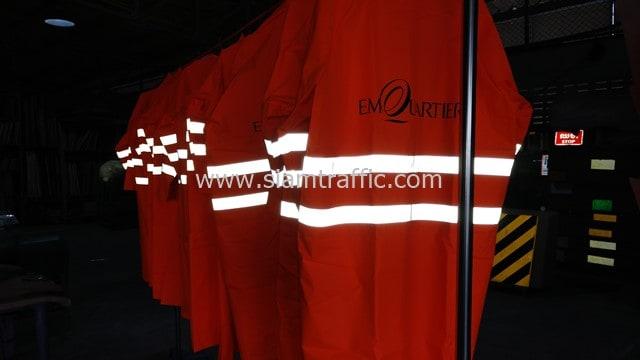 [:th]ชุดกันฝนสีส้ม คาดแถบสะท้อนแสงสกรีนโลโก้ EmQuartier จำนวน 12 ตัว[:en]Emquartier reflective raincoat[:]
