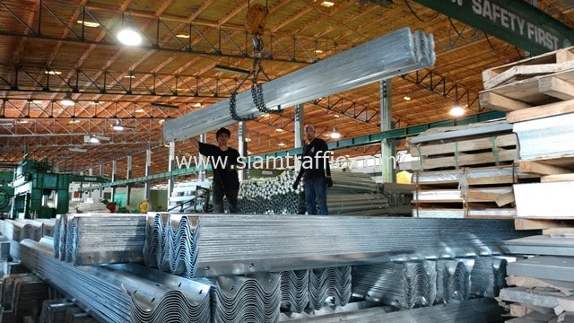 [:th]การ์ดเรล ความยาวรวม 172 เมตร ส่งไปที่อำเภอเมือง จังหวัดชัยนาท[:en]Steel guardrail at Amphoe Mueang, Chai Nat Province[:]
