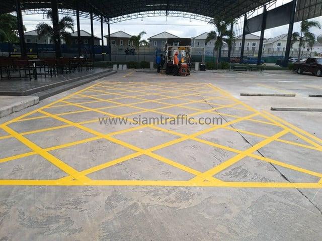 [:th]ตีเส้นจราจร เส้นทแยงห้ามหยุดรถ Winning Seven พุทธมณฑล สาย 1[:en]Yellow pavement markings at Winning Seven Soccer Club 1[:]